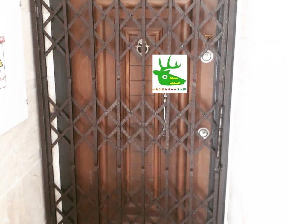 حفاظ آکاردئونی پشت درب