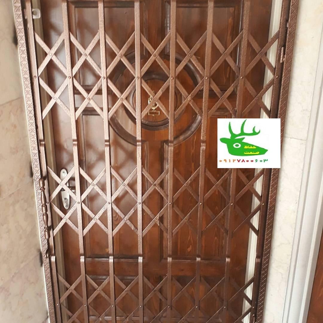 حفاظ آكاردئونی روی درب آپارتمان