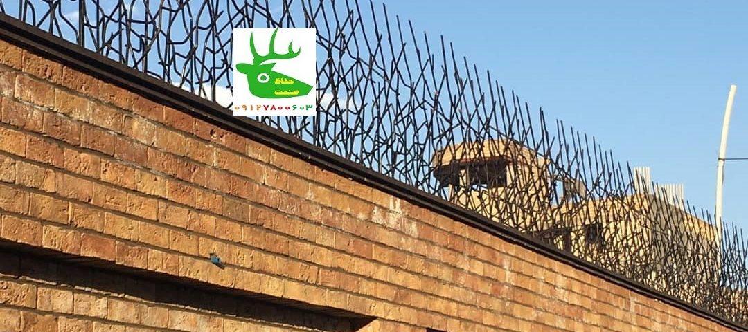 محافظ آهنی بالای دیوار