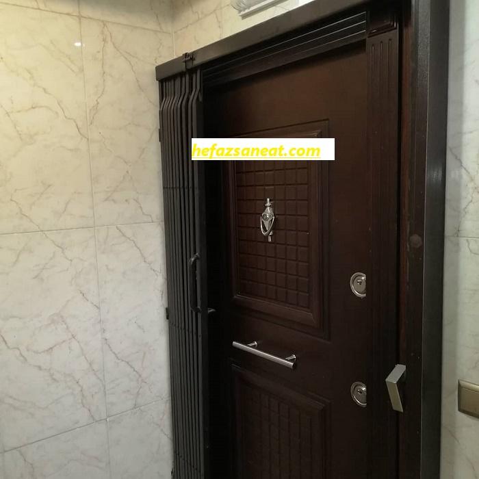 محافظ روی درب آپارتمان