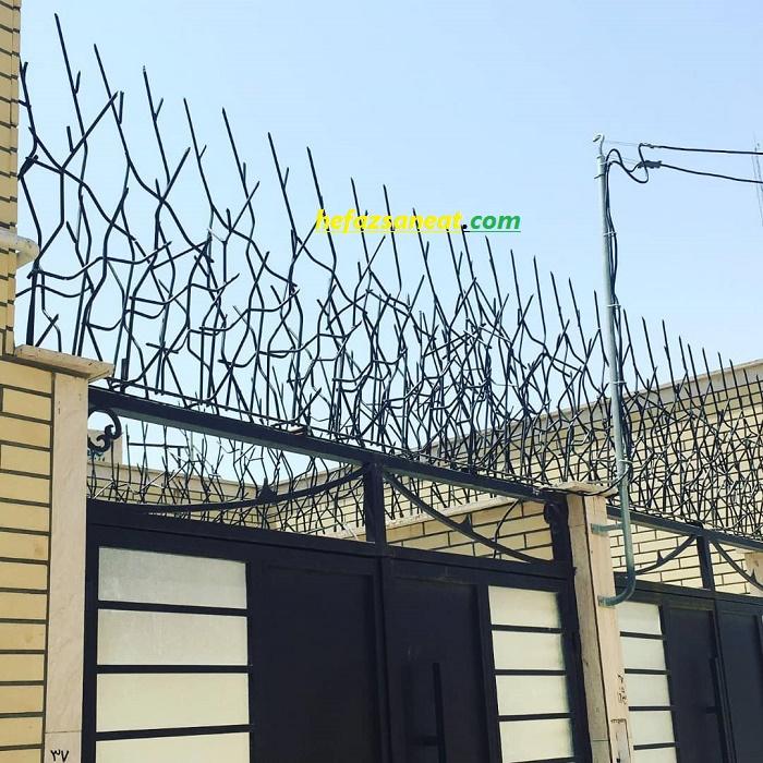 محافظ فلزی بالای دیوار
