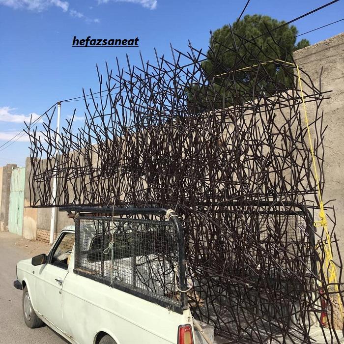 حفاظ فلزی روی دیوار