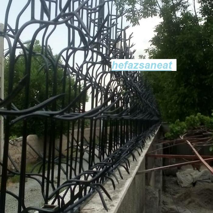 نصب حفاظ شاخ گوزنی بر روی دیوار با درپوش فلزی