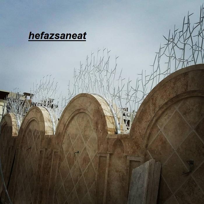 حفاظ شاخ گوزنی روی دیوار قوس دار